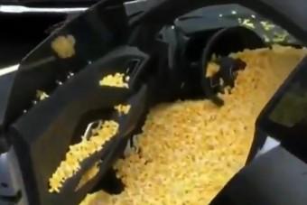 Pattogatott kukoricával tömték meg ezt a sportautót