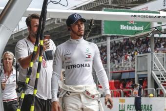 F1: Hamilton bocsánatot kért a sereghajtótól