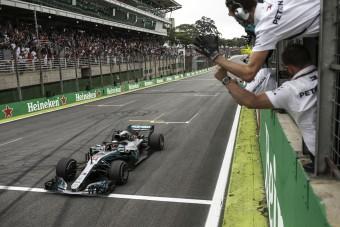 F1: Hamilton egy körre volt a kieséstől
