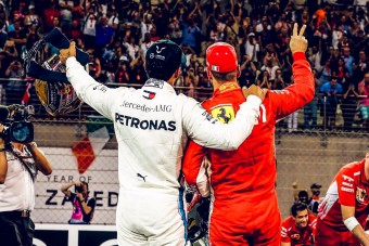 Megajándékozta egymást Hamilton és Vettel – videó