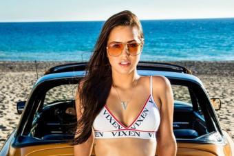Sárga Porsche formás hátsóval a tengerparton