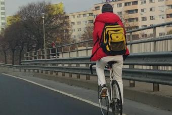 Erre a bringásra joggal szállnak a bíráló kommentek
