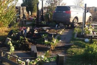 Sírköveket tarolt le terepjáróval egy feltehetően részeg ukrán pap