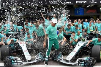 Videó: Patakokban folyt a pezsgő a Mercedesnél