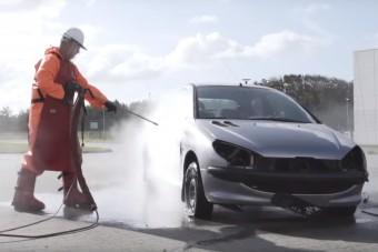 Igen látványos, ahogy egy 3000 bar nyomású mosót ráengednek az autóra