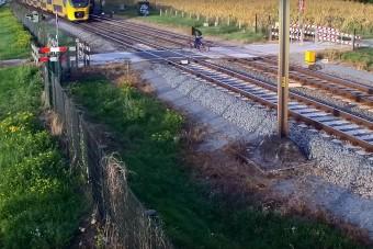 A bringás rápróbált, hátha átfér még a vonat előtt