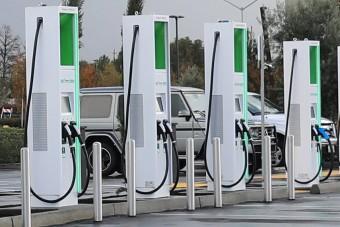 Brutálisan gyors töltőt kapnak a kaliforniai villanyautósok