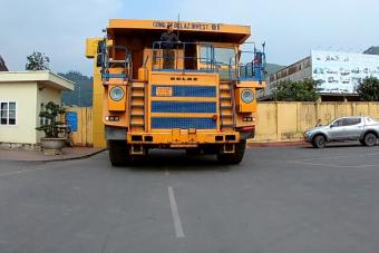 Félelmetes, ahogy az orosz óriás bányadömper cammog a vietnami utakon