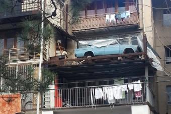 27 évig állt kerekek nélkül a harmadik emeleten egy Lada, most szedték le