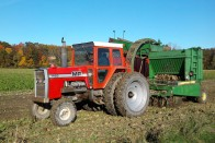 Traktor leszakadó kereke találta el az autót 1