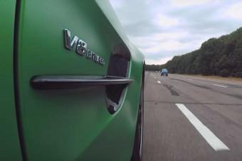Egyszemélyes villanyautó gyorsulta le a Mercedes 577 lovas fenevadját