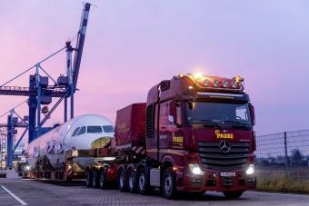 Így fér be egy 90 tonnás szállítmány a körforgalomba