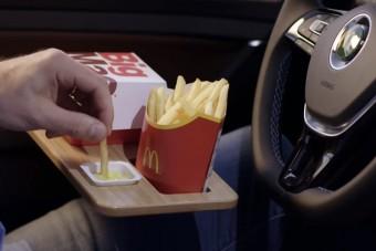 Ha szeretsz a kocsiban kajálni, akkor ez a villanyos Golf neked készült