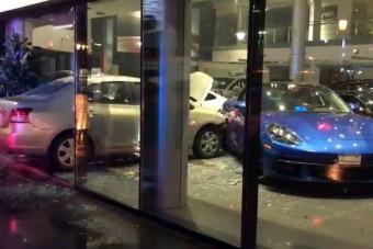 Autóval rontottak be egy Porsche kereskedésbe