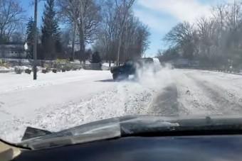 Extázisba került az autós, amikor látta, hogy kicsúszik a terepjáró, ami megelőzte