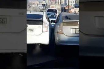 Ilyen az, ha két Prius-sofőr feszül egymásnak, de durván