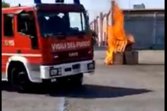 Hatalmas bakit követett el ez a tűzoltó gyakorlatozás közben