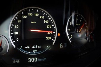 Marad a mámoros száguldás a német autópályán