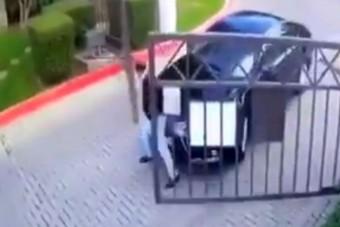 Gigászi csatát vívott egy autós az automata kapuval, már csak a Benny Hill-zene hiányzik