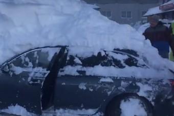 Van egy kevéske hó Ausztriában, nézd meg, mennyire lepte be az autókat