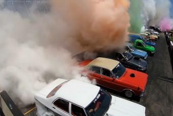 Ausztrálok döntötték meg a csoportos gumifüstölés rekordját