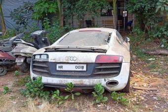 Szomorú sors: rendőrségi telepen rohad ez a fehér R8-as Audi