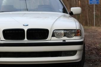 Nem látszik rajta, de ez több egy fehér 7-es BMW-nél!