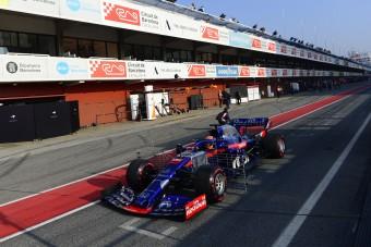 F1: Az újonc csúcsot futott, Hamilton majdnem ütközött