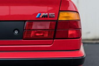 Bármeddig elmennénk ezért a gyönyörű, piros BMW M5-ösöért