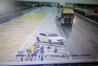 Elképesztő jelenetsort hozott össze a kamion és egy BMW