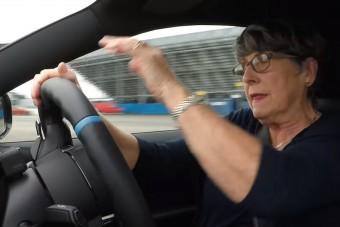 Erős autóval a nagyi is tud driftelni? Most kiderül!