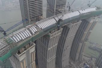 Szinte kész az őrületes kínai fekvő felhőkarcoló