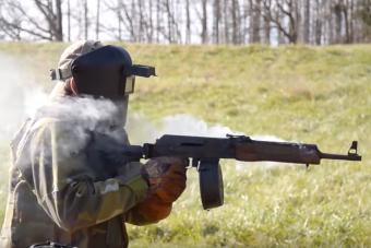 Videó bizonyítja, hogy az AK-47-es mindent kibír