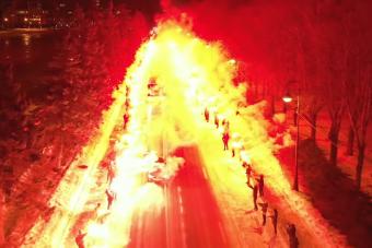 Lángba borították a focidrukkerek az autópályát