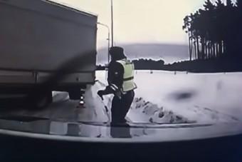 Videón egy rendőr, aki második szülinapot ünnepelhet ezután