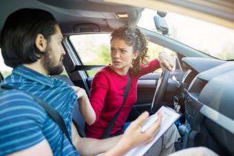 Te nyugodtan ülsz nő sofőr mellett?