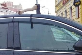 Baltát állítottak egy parkoló autó tetejébe, de nem sikerült elsőre