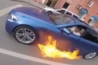 Elég szépen lángra kapott az M5-ös BMW a pirosnál, de amit utána csinált a sofőr, az nagy hülyeség