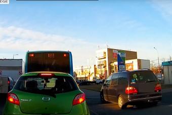 Egy szimpatikus pesti autós a járdát választotta a dugó helyett