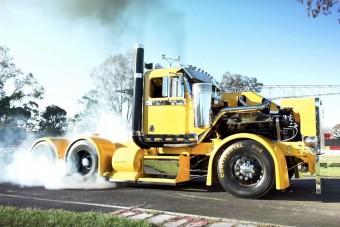 Pokoli mennyiségű erő küldi a másvilágra a gumikat a sárga kamion alatt
