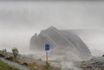 Újabb bizonyíték, hogy a víz az úr - Úgy tépi szét az acélból készült hidat, mint egy papírmasét