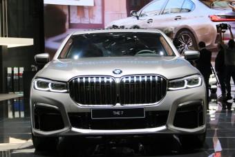 Ez a BMW vákuumot csinál a belső sávban