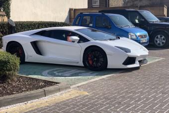 Ritka tahó parkolást mutatott be ez a Lamborghini