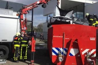 Hatalmas kádba merítve oltották el a füstölgő BMW-hibridet