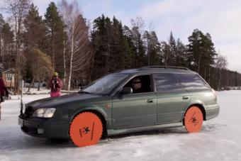 Ez történik, ha kerék helyett körfűrészt szerelnek egy Subarura