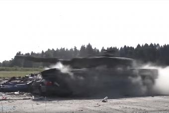 Amikor egy tank teljes gázzal tapos el egy autót, az elég látványos