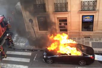 Vajon így kell profin eloltani egy égő autót?