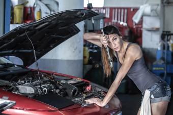 10 nő, aki úgy érezte, hogy egy autó mellett még dögösebb lehet
