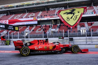 F1: A Ferrari uralja a tesztet, tempót villantott a Merci