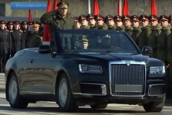 Katonai parádén mutatták meg az orosz luxuskabriót